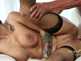 Raven haired slut prepares her oiled ass with an anal plug